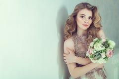 Novia hermosa en alineada de boda imagenes de archivo
