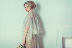Novia hermosa en alineada de boda imágenes de archivo libres de regalías