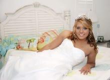 Novia hermosa en cama Imágenes de archivo libres de regalías