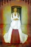 Novia hermosa en capa de seda blanca larga en escalera Fotos de archivo libres de regalías