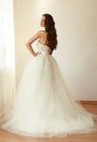 Novia hermosa en el mariage blanco del vestido de boda Foto de archivo