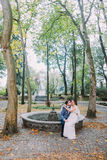 Novia hermosa en el vestido de boda de seda que se sienta en rodillas de su novio cariñoso Resto encantador de los pares del reci Fotografía de archivo
