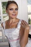 Novia hermosa en el vestido de boda que lleva un collar Fotos de archivo libres de regalías