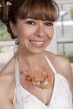 Novia hermosa en el vestido de boda que lleva un collar Imagenes de archivo