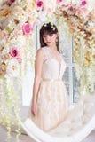 Novia hermosa en un vestido de boda en un interior de la elegancia en un estudio fotografía de archivo libre de regalías