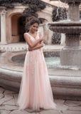 Novia hermosa en vestido que se casa rosado Retrato romántico al aire libre de la mujer morena atractiva con el peinado en vestid imagen de archivo