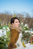 Novia hermosa feliz en un día de invierno nevoso tiempo soleado stylish con el ramo de la boda hecho de pino-árbol hecho a mano m Imagenes de archivo