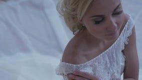 Novia hermosa que presenta en su vestido de boda metrajes