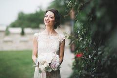 Novia hermosa que presenta en vestido de boda al aire libre Imágenes de archivo libres de regalías