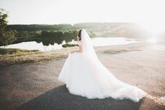 Novia hermosa que presenta en vestido de boda al aire libre Fotografía de archivo libre de regalías