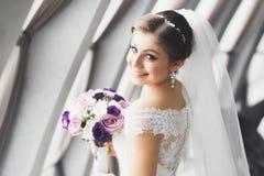 Novia hermosa que presenta en vestido de boda al aire libre Fotos de archivo libres de regalías