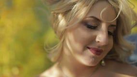 Novia hermosa y preciosa en el parque Mujer bonita y bien arreglada Ciérrese encima de tiro Rubia Día de boda metrajes