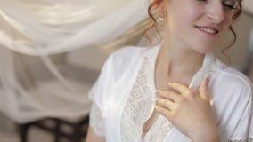 Novia hermosa y preciosa en vestido y velo de la noche Ma?ana de la boda C?mara lenta metrajes