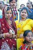 Novia hindú con la familia Imágenes de archivo libres de regalías
