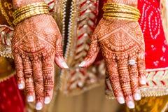 Novia india con la alheña pintada en el brazo y las manos Fotografía de archivo libre de regalías