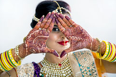 Novia india de Beuatiful con las manos o la alheña de Mehendi imagenes de archivo