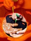Novia india de la boda que consigue la alheña aplicada fotos de archivo