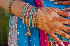 Novia india de la boda que consigue la alheña aplicada imagen de archivo