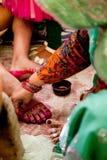 Novia india que hace rituales de la boda Fotografía de archivo libre de regalías