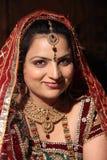 Novia india sonriente hermosa en su d?a de boda Foto de archivo