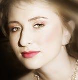 Novia joven con los ojos verdes grandes imagenes de archivo