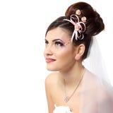 Novia joven de la belleza con los hairdress hermosos del na del maquillaje en velo Fotos de archivo