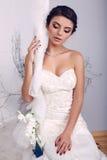 Novia joven elegante en el vestido de boda que se sienta en el oscilación Fotografía de archivo