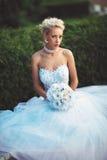 Novia joven en su vestido de boda y ramo de flores Imágenes de archivo libres de regalías