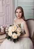 Novia joven hermosa con la decoración romántica de las flores Foto de archivo
