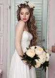 Novia joven hermosa con la decoración romántica de las flores Imagen de archivo