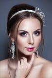 Novia joven hermosa con maquillaje de la boda en fondo del estudio Fotos de archivo libres de regalías