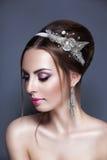 Novia joven hermosa con maquillaje de la boda en fondo del estudio Imagen de archivo