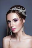 Novia joven hermosa con maquillaje de la boda en fondo del estudio Imagen de archivo libre de regalías