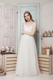Novia joven hermosa en casarse la decoración romántica Fotografía de archivo
