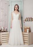 Novia joven hermosa en casarse la decoración romántica Imagen de archivo