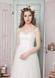 Novia joven hermosa en casarse la decoración romántica Imágenes de archivo libres de regalías