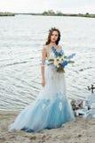 Novia joven hermosa en vestido de boda de lujo Fotografía de archivo libre de regalías