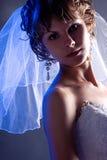 Novia joven que desgasta una alineada de boda blanca w Imágenes de archivo libres de regalías