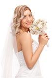 Novia joven que lleva a cabo una boda de flores fotos de archivo libres de regalías