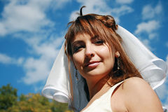Novia joven y cielo azul Fotos de archivo libres de regalías