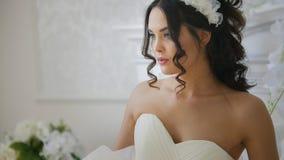 Novia morena atractiva en vestido de boda de la moda con maquillaje profesional Imagen de archivo
