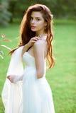 Novia morena en el vestido de boda blanco de la moda con maquillaje Fotos de archivo libres de regalías