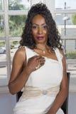 Novia negra hermosa asentada en vestido de boda Imágenes de archivo libres de regalías