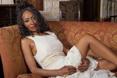 Novia negra hermosa en vestido de boda Fotografía de archivo libre de regalías
