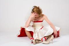 Novia pensativa que se sienta en piso en calcetines contra imágenes de archivo libres de regalías