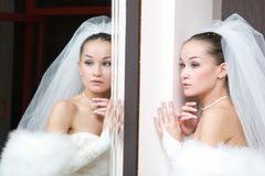Novia por el espejo fotos de archivo