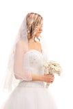 Novia preocupante que camina con una flor de la boda imagen de archivo libre de regalías