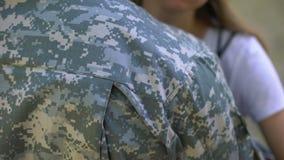 Novia que abraza al soldado del ejército, proyecto del servicio militar, reclutamiento, adiós almacen de video