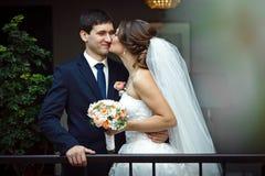 novia que abraza besarse de los amantes Imagen de archivo libre de regalías