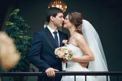novia que abraza besarse de los amantes Imagenes de archivo